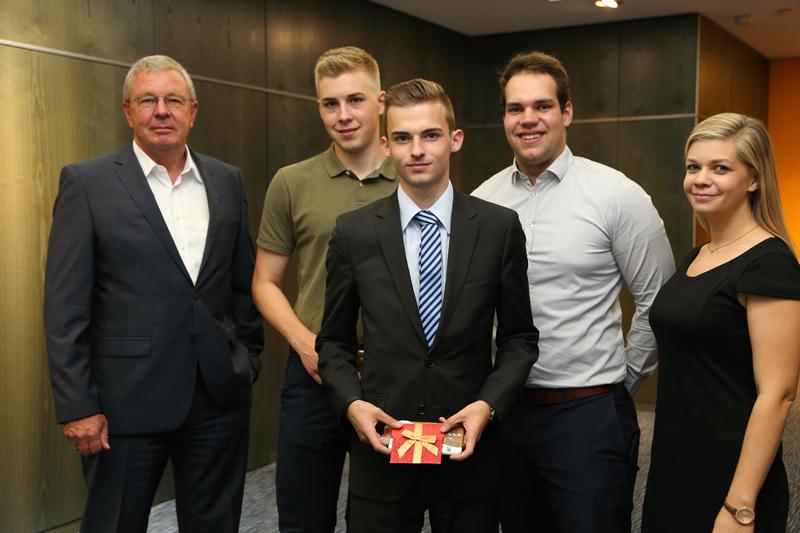 Foto (von li): Vorstandssprecher Thomas Höbel, Sebastian Schmidt, Maximilian Niedermeier, Lukas Stelzer und Ausbildungsleiterin Julia Bühl.